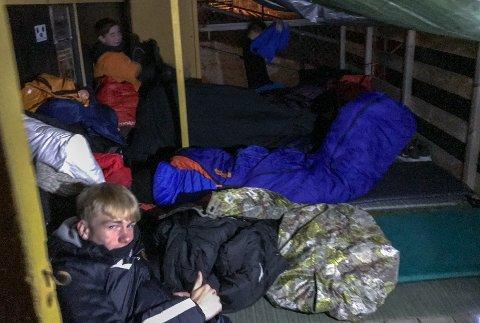 I varme soveposer finner guttene seg til rette på stadion.