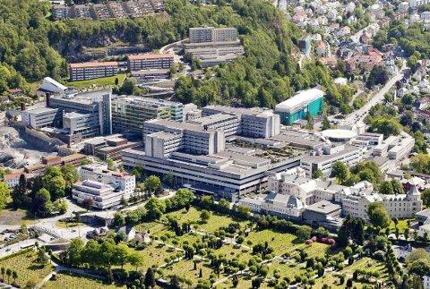 Ranveig Frøiland uroar seg over kutt i midlar og samanslåing av poster ved Haukeland universitetssjukehus.