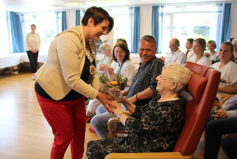 Marte Mjøs Persen overrekker blomster til Helga Nordgreen (86).