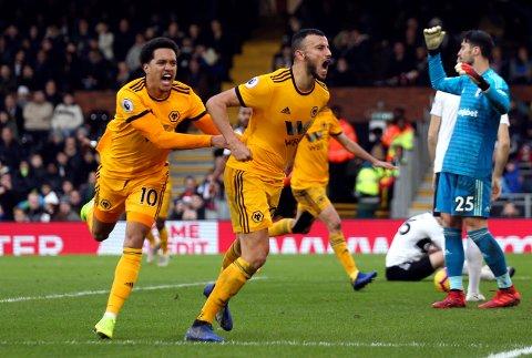 Wolverhampton Wanderers og Romain Saiss (midten) er favoritter mot Crustal Palace. Vi tror de takler favorittstempelet.  (Steven Paston/PA via AP)