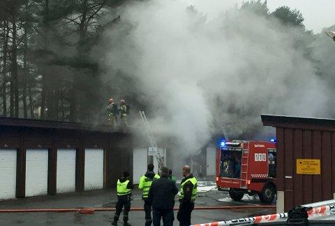 Brannen førte til stor røykutvikling i området.