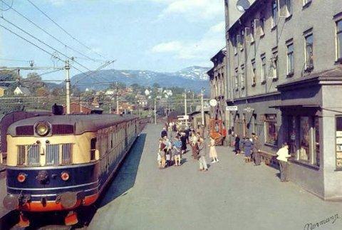 Noe er tatt vare på – mye er borte. Tankene går til Bergensekspressen (her på Voss rundt 1960-tallet) som rullet mellom Bergen og Oslo. – Kulturell blindhet og uforstand, mener mange. Alle togsettene ble skrotet!