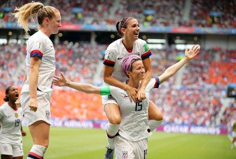 Megan Rapinoe feirer med lagvenninnene etter å ha gitt USA ledelsen i kvinnenes VM-finale på vei mot 2-0-seier over Nederland.