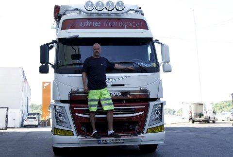 BEKYMRET: Frode Risbakken, sjåfør i Utne transport, kjører langt over 100.000 kilometer på norske veier hvert år,                            og er bekymret for all uoppmerksomheten han ser i trafikken.