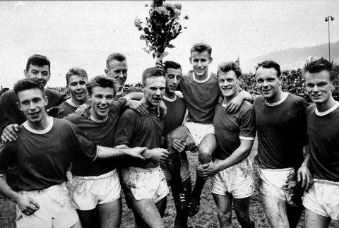 Her er Brann-laget som vant gull i serien i 1963, etter å ha slått Vålerengen 3-1 på Stadion i sesongens siste kamp. Noen av spillerne var med på laget som neste sesong med et brak rykket ned i 2. divisjon. Spillerne på bildet er fra venstre Roald Jensen, Arthur Larsen, Torgeir Hauge, Gunnar Tiller, Harald Gundersen, Rolf Birger Pedersen, Leif Amundsen, Bjørn Oddmar Andersen, Trygve Andersen, Roald Paulsen og Tore Nordtvedt.
