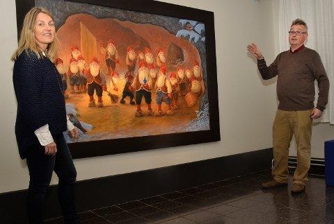 Nisser i Berget: Helle Mikkelsen og Sverre Følstad viser her et avnissemaleriene Johnnie Jacobsen har laget spesilt for årets utstilling på Blaafarveværket.