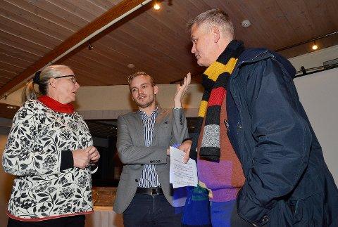 Spente politikere: Randi Mona (f.v) svarte onsdag Adrian Tollefsen (H) og Kjell E. Grønbeck (KrF)  så godt hun kunne, om framdriftsplanene for to tog i timen til Hokksund.