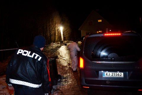 Politiet etterforsker et mistenkelig dødsfall i Åmot. En død person ble funnet utenfor boligen sin i Åmot søndag ettermiddag.