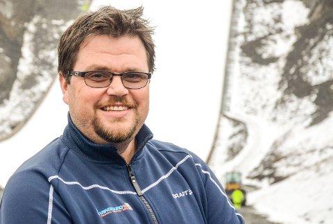 SMILER BREDT: Skiflygingspresident Stig Hamstad får ett ekstra verdenscuprenn i Vikersundbakken fredag kveld.