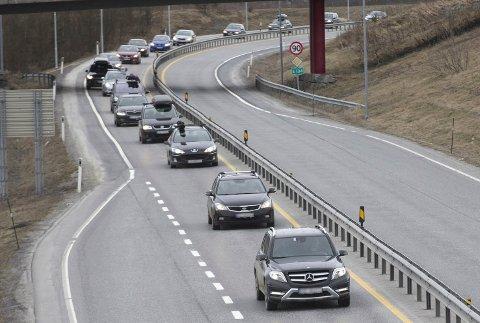 MYE BILER: Det blir fort tett påsketrafikk på E-134 mellom Kongsberg og Hokksund når mange velger å reise hjem fra påskeferien første påskedag.