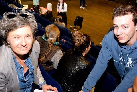 BØD PÅ SEG SELV: Ingrid Bjørnov stilte raust opp for alle som ville ha autograf og bilder. Her med hovedrolleninnhaver Simen Hegnes Fossesholm.