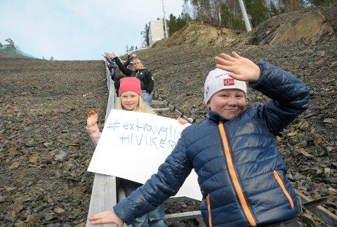 Steffen og Mina Jellum Hæhre stilte på trappedugnad for #ekstravglistakonserttilvikersund og håper konserten kommer til Vikersund.