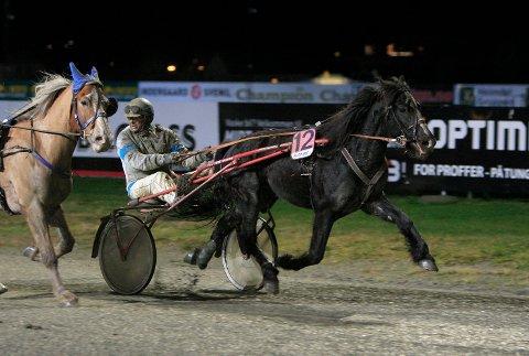 SUKSSESS: Jan Martin Bjerring var tilbake på Leangen som vinner med Lille Jim lørdag. Hestens åttende strake seier. Foto: Hesteguiden.com