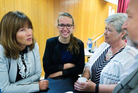 DEN NYE «SJEFEN»:. Mari Endrestøl skal i to uker i sommer være «sjef« i Øvre Eiker. Her blir hun nærmere kjent med ordfører Ann Sire Fjerdingstad (t.v.), gruppeleder Elisabeth Uggen (FrP) og varaordfører Hans Kristian Sveaas (H), under Eikerdebatten torsdag.
