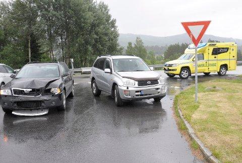 Disse to bilene kolliderte front mot front ved avkjøringen til Vikersund nærsenter i 11-tiden fredag.
