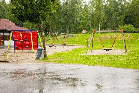 Hasj: Det var her på uteområdet til SFO ved Vikersund skole hasjklumpen ble funnet
