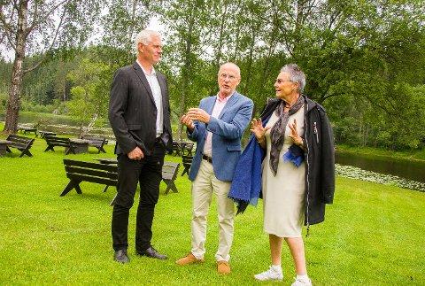 FLOTT ANLEGG: Juryen med leder Rune Hesjedal (midten) ble svært imponert av parken på Blaafarveværket, og dens tilknytning til Simoa. Her er Hesjedal i ivrig samtale med museumsdirektør Tone Sinding Steinsvik og Modum-ordfører Ståle Versland.