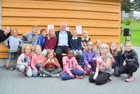 Ordfører Ståle Versland fikk gleden av å åpne den nye vennebenken som elevrådet ved Enger skole i Åmot har sørget for.