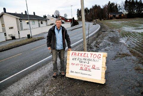 Fakkeltog: Vi sier nei til ny rv. 35 gjennom Røren, sier Kristoffer Røren. Han var torsdag formiddag i full sving med å sette opp plakater om kveldens fakkeltog.