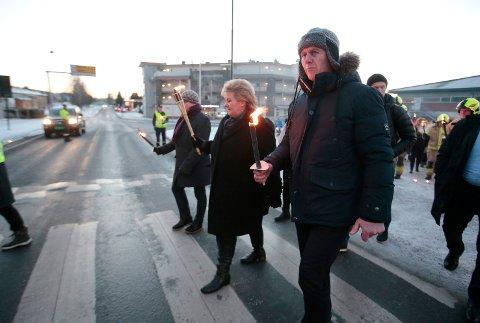 Statsminister Erna Solberg deltok  på Trafikkofrenes dag i Åmot og gikk i fakkeltog sammen med blant annet Modumordfører Ståle Versland.
