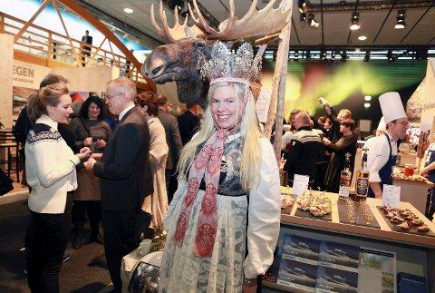 DRONNING: Tyske gjester på en av verdens største messer, Grüner Woche, i Berlin, trodde Live Svalastog Skinnes var kongelig der hun stod på den norske standen kledd i bunad og en stor brudekrone.