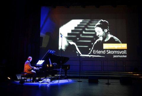 TAKKET: Erlend Skomsvoll fra Modum takket for pris med musikk.