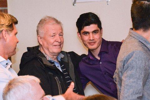 GODE VENNER: Frank Edquist inviterer stadig ungdommene på Sevalstunet over til et slag kort. Her er han med Ayaz Sylab (16), som rømte fra Afghanistan for å unnslippe Taliban, der faren hans er aktiv.