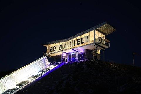 Vikersund hyller Daniel Tandes prestasjoner i hoppuka med et stort banner på vinduene i Vingen på toppen av verdens største hoppbakke.