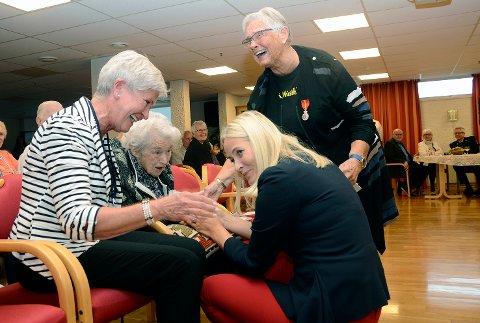 God stemning: Latteren satt løst da Ester Steingrimsen (95) fortalte kronprinsessen at hun ble rørt til tårer over å få møte henne.  På bildet ser vi Anne Britt Kristiansen (f.v.), Ester Steingrimsen, Kronprinsessen og Bjørg Andreassen.