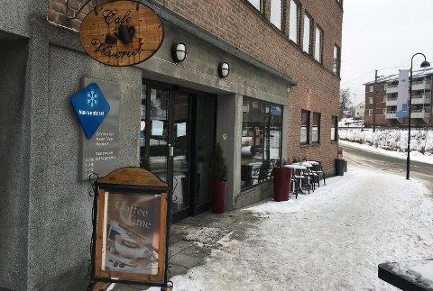 LÅSTE DØRER: Café Veveriet i Vikersund Nærsenter er stengt etter å ha blitt slått konkurs tirsdag.