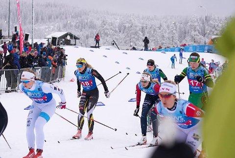 Starten går: Ragnhild Rønning (17, midt i bildet med rød og blå trikot) gikk en meget solid startetappe for Vikersund og vekslet som sjette lag etter fem kilometer.