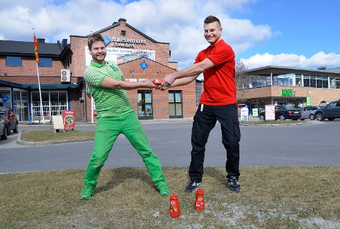 PRISKRIG: Lennart Lindberg hos Kiwi (t.v.) og Espen Luns hos Coop Extra lokket mandag kundene med ketsjup til tre kroner flaska.