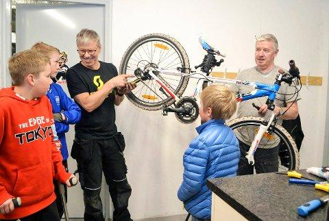 MEKKEROM: Sykkelgruppa i Eiker Kvikk har fått eget mekkerom. Nylig inviterte foreningen til en gratis sjekk av barnas sykler før sesongen starter for alvor. Tre av de ivrige sykkelentusiastene får råd av Terje Kolbjørnsen og Roar Borgersen. Fra venstre Haukur Gunnarsson (11), Theodor Bakken (12), Kolbjørnsen, Ole Kristian Lønn Bollerud (8) og Borgersen.