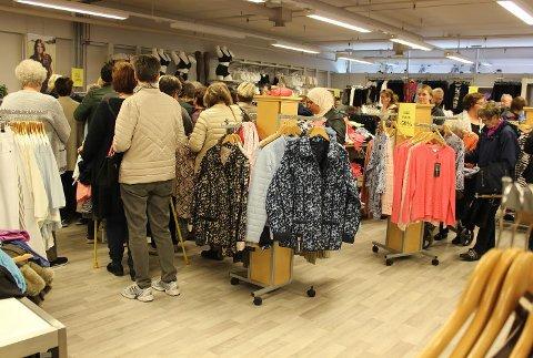 KØ: Det var trangt om plassen da det ble åpnet konkurssalg etter KN Mote på Åmotsenteret tirsdag.