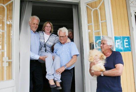 PÅ GULLSTOL: Helga Finsrud starter pensjonisttilværelsen høyt mellom to sterke kolleger, Ole Johan Sandvand (f.v.) og Finn Ellingsrud.