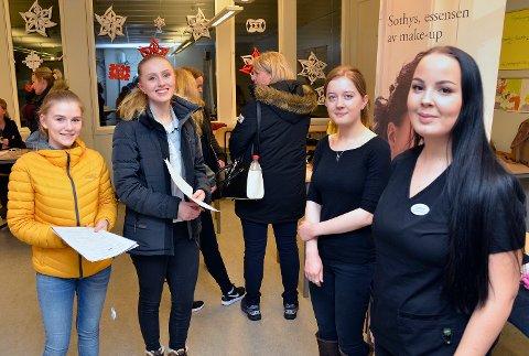 FIKK GODE SVAR: 10.-klassingene Celine Ødegård Nilsen (f.v.) og Sunniva Johannessen fikk svar på det de lurte på om det å jobbe som hudpleier, av Helene Pedersen og Caroline Sundby.