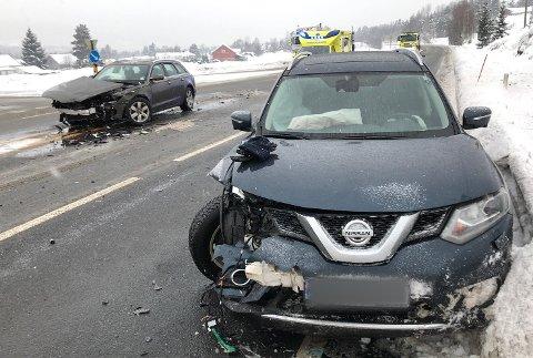 To personbiler har krasjet på riksvei 35 ved avkjøringen til Vikersund syd.