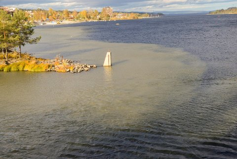 MISFARGET VANN: Når pollen i Vikersund begynte å fylles med vann, ble store deler av fjorden på utsiden misfarget og et grønn-grått belte rant nedover mot Bergsjø.