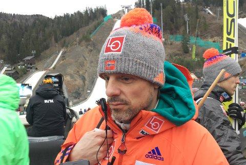 TROR DET BLIR VANSKELIG: Landslagstrener i hopp Alexander Stöckl venter spent på en endelig Vikersund-avklaring.