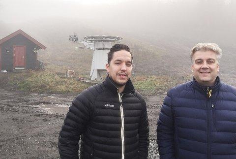 VIL BIDRA: Knut Andre Aanstad (t.v.) og Viktor Moholdt i Fiber1 Altibox sponser Modum Skisenter med over 100.000 kroner. - Dugnads-innsatsen holder liv i anlegget, men vi håper vårt bidrag også hjelper, sier duoen.