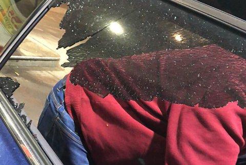 TUSEN KNAS: Flere bilister fikk bilene skadet under søndagens skyteepisode.