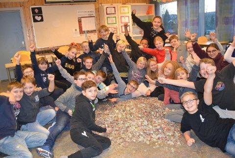 FLINKE ELEVER: Denne gjengen ved Enger skole i Åmot har samlet inn over ett tonn aluminium. Her viser de resultatet i form av en diger haug jekker fra alle boksene de har samlet.