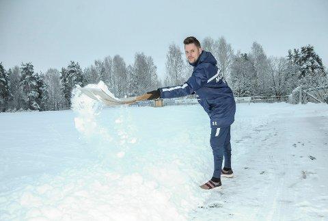 ØNSKER SEG GRØNT PLASTGRESS: Stein Ellingsen i Modum Fotballklubb kan ikke bli kvitt snøen fort nok for å få på plass en ny kunstgressbane på Rolighetsmoen i Geithus.