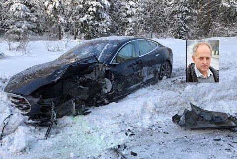 GIKK SELV UT AV BILEN: Til tross for store krefter og nesten front mot front i 80 km/t kom Olav Skinnes fra tirsdagens ulykke på rv. 35 uten store skader.