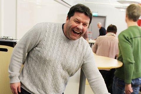 STORT GLIS: Rektor Knut Erik Hovde ved Rosthaug videregående skole smiler godt etter at skolen er best i Buskerud på å få elever ut på lærlingplasser. Det ble feiret med ei stor marsipankake.
