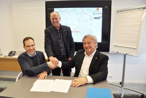 SIGNATUR: F.v. dir. Anders Høvik i NCC, fylkesvaraordfører Olav Skinnes og regionvegsjef Kjell Inge Davik etter at de har signert veivedlikeholdskontrakten.