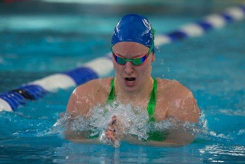 SØLVJENTA: Stine Lise Stenseth på vei mot NM-sølv på 400 meter fri. Hennes klare favoritt der den halve distansen.