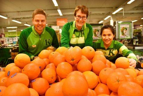 REKORD: Butikksjef Lennart Lindberg (t.v.), butikkmedarbeider Torunn Kvebæk og frukt- og grøntansvarlig Ginie S. Wihtbear solgte 900 kilo appelsiner i forrige uke. Denne uken er målet å nå over ett tonn.