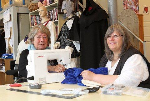 BAKSYMASKINEN: Sissel Dybendal (t.v) og Solveig Formo Eriksen har laget tidsriktige middelalderkostymer og har mange timer bak symaskinen for å bli ferdig før Rolandsangen skal framføres i kulturhuset.