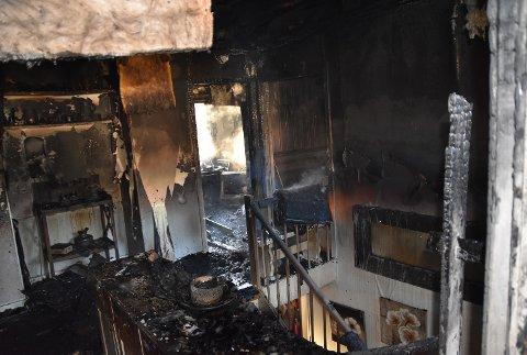 TOTALSKADD: Huset ble raskt overtent og ble totalskadet.